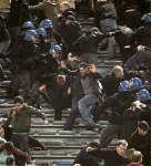 サッカー=欧州CL準々決勝、マンUサポーターが警察と衝突
